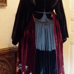 Costume à col - vue de dos  porté avec robe de Pontivy