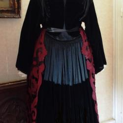 Costume avec tablier brodé Richelieu - vue de dos