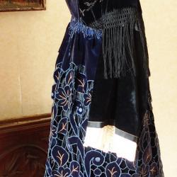Costume avec tablier de Plumelec avec broderies Renaissance 1940-50 - Vue de profil