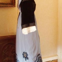 Costume de Lorient avec tablier 1920 en satin brodé - vue de profil