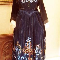 Costume de Lorient avec tablier en velours peint - vue de face