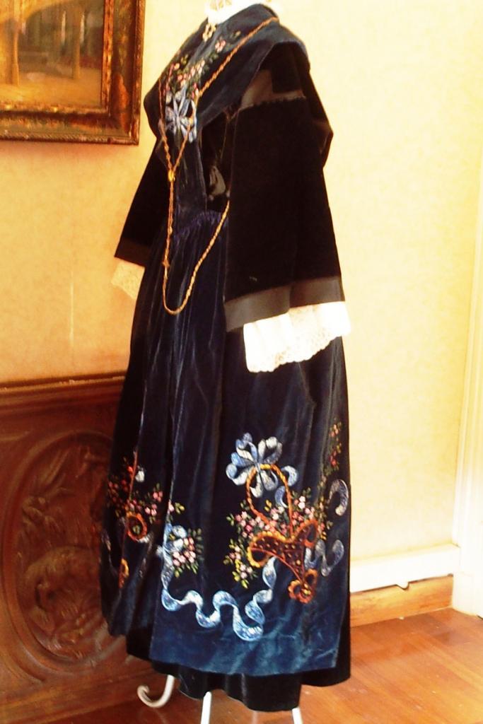 Costume de Lorient avec tablier en velours peint - vue de profil