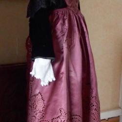 Costume de Plumelec avec tablier broderies ajourées -Profil
