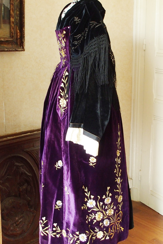Costume de Vannes 1920 - Vue  de profil