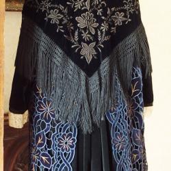Costume région de Plumelec avec tablier et châle en velours brodé - Vue de dos