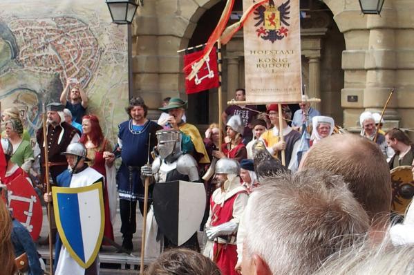 03092016 groupe en costume devant la mairie