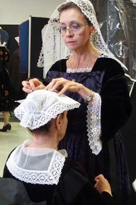 17092016 mireille appliquee a poser la coiffe d auray