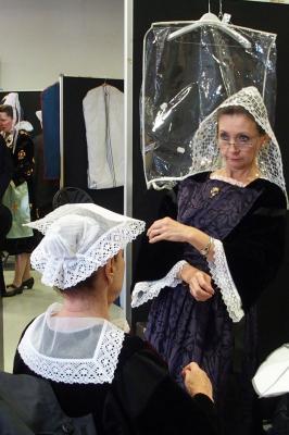 17092016 mireille en coiffe de baud verifiant la pose de coiffe d auray