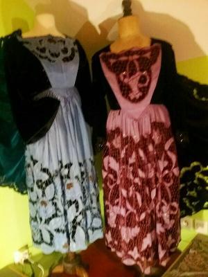Costumes avec tabliers brodés Richelieu