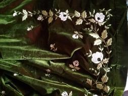 Broderies au fil de soie sur velours