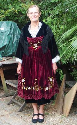 27082016 essai du costume de Muzillac dans le jardin