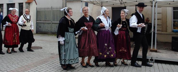Avec les danseurs et danseuses du kar a sucy b 1