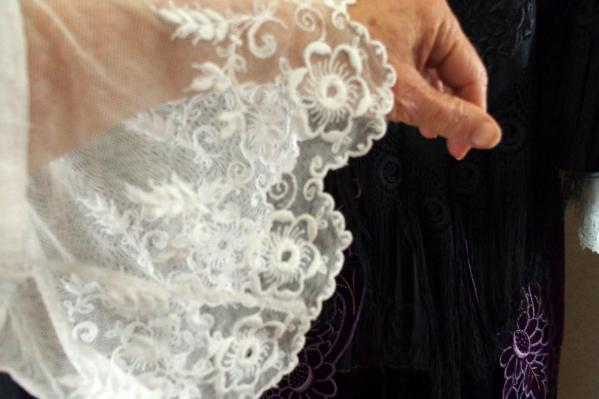 Broderies sur tulle manchette