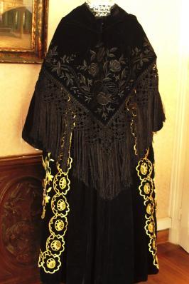 Chale en velours brode et macrame costume vannes dos