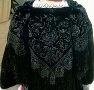 Chale en velours noir brode du vannetais broche au carre