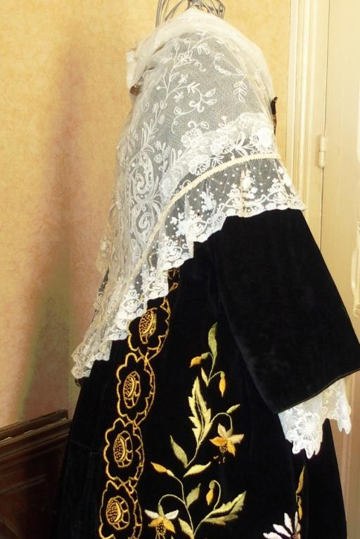Chale tulle blanc brode sur costume de vannes profil