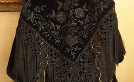 Chale vannetais en velours brode avec beau macrame
