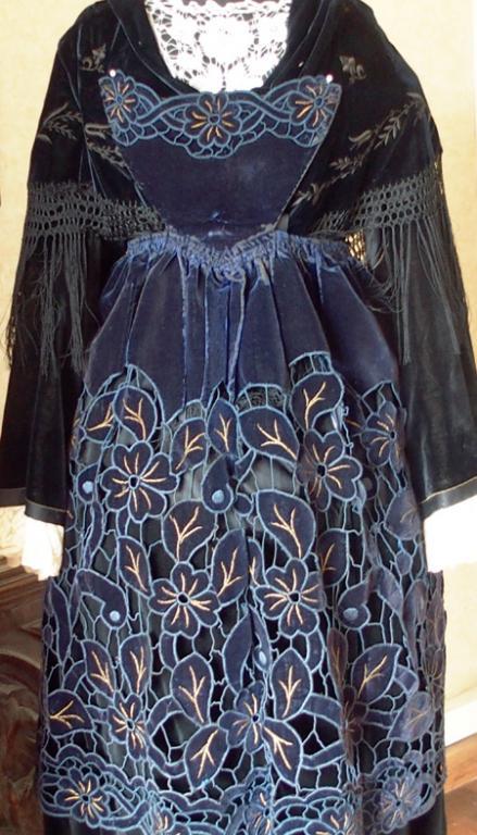 Costume avec tablier de plumelec vue de face