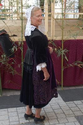 Costume de baud vue de profil tablier en velours richelieu 1