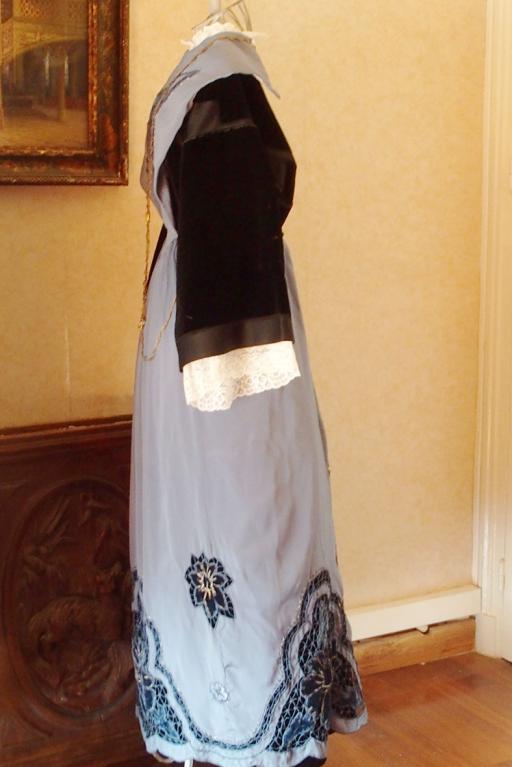 Costume de lorient avec tablier 1920 en satin brode vue de profil