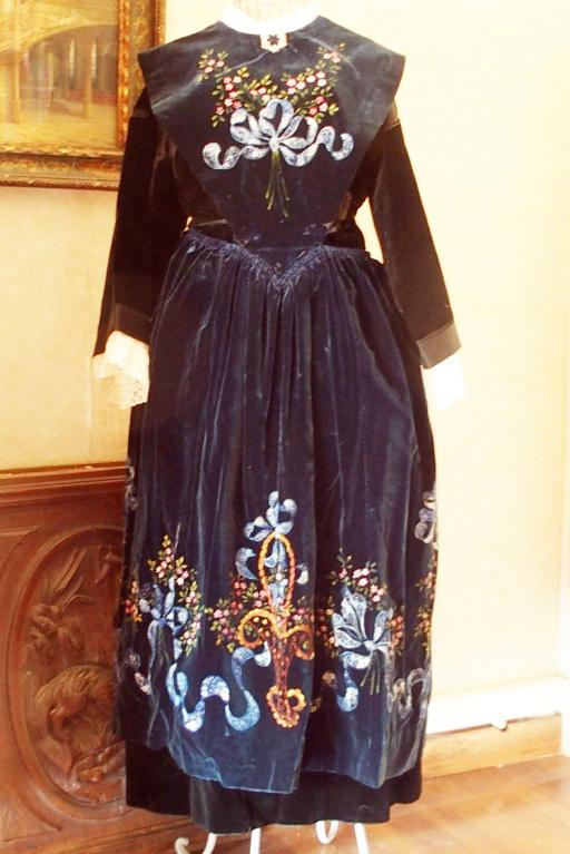 Costume de lorient avec tablier en velours peint vue de face