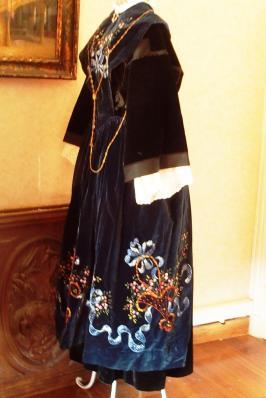 Costume de lorient avec tablier en velours peint vue de profil