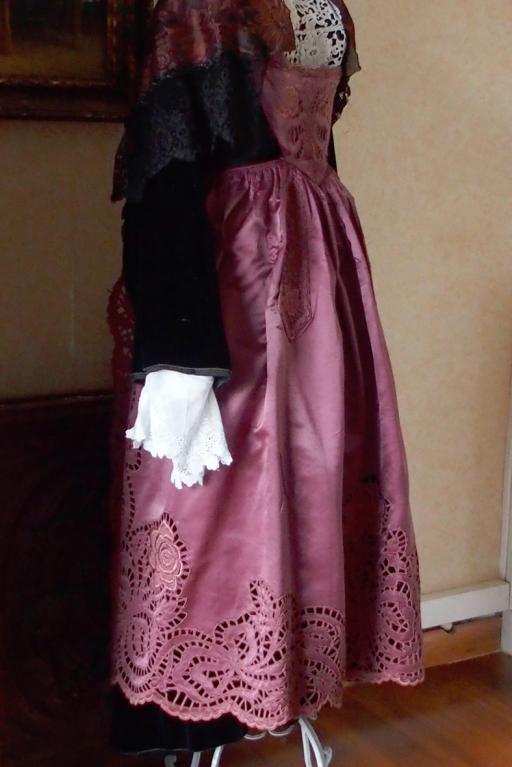 Costume de plumelec avec tablier broderies ajourees profil