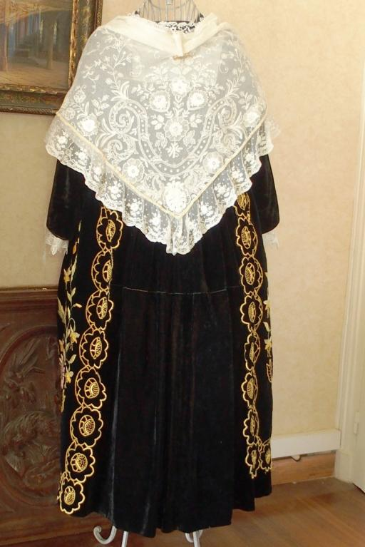 Costume de vannes 1920 avec chale tulle blanc brode dos
