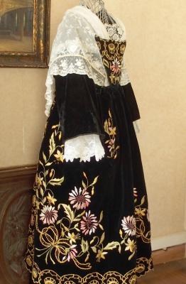 Costume de vannes 1920 avec chale tulle brode profil