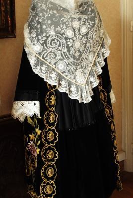 Costume de vannes avec chale en tulle blanc brode