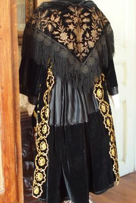 Costume de vannes avec chale en velours brode vue de dos 1