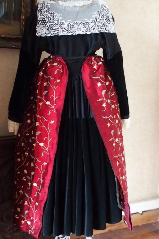 Costume vannes creation tablier de soie brodee vue de dos
