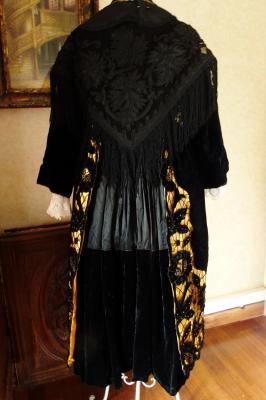 Costume vannetais avec tablier broderies richelieu dos