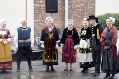 Danseurs en traditionnel et en glazic du cercle