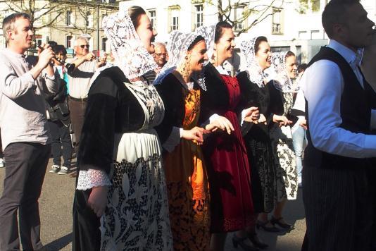 Danseuses de moreac en tabliers richelieu et coiffes kornek