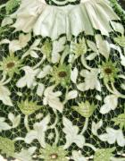 Detail de broderies type richelieu de tablier de theix