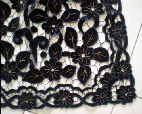 Detail des broderies richelieu de tablier de plumelec