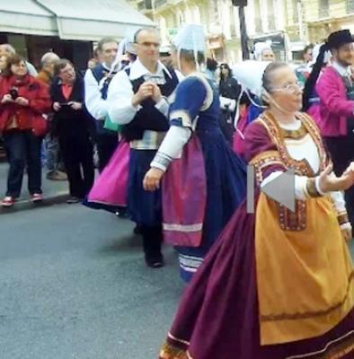 En costume region de quimper defile de la saint yves