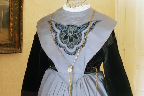 Grand devantier en satin brode de costume de lorient 1