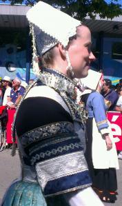 Beau costume bleu et argent de la region de Quimper
