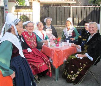 Un verre de cidre en costume breton