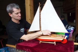 Installation du bateau pour la procession