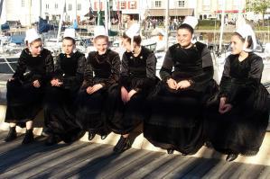 Jeunes bretonnes au repos sur le port