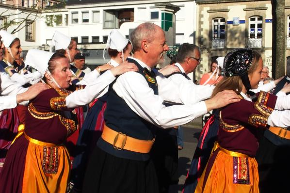 Les danseurs de koroll breizh en chaine pour le defile