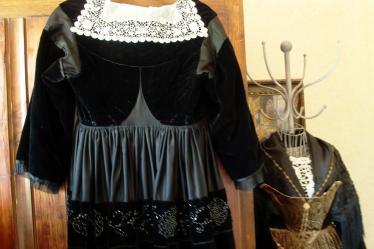 Robe de baud dos avec col et bande de perlage