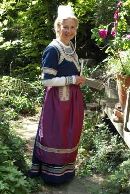Soaz en costume traditionnel de quimper 19 eme siecle