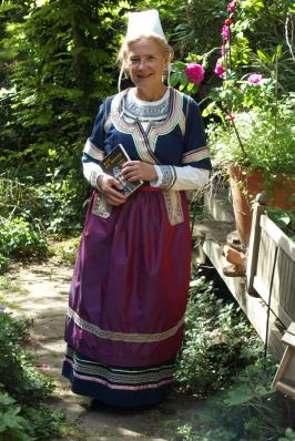 Soaz en costume traditionnel de quimper vue de face