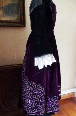 Tablier baud en velours violet richelieu profil