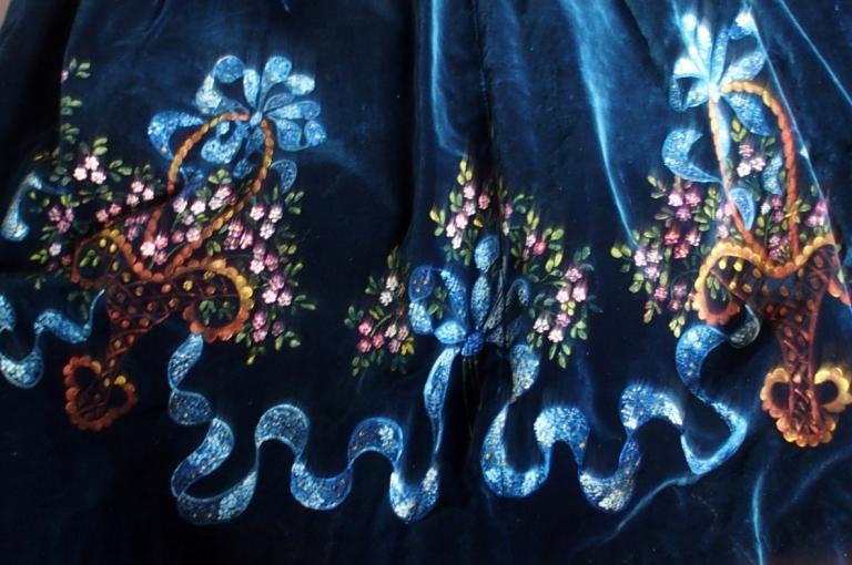 Tablier de lorient detail de motifs peints sur velours