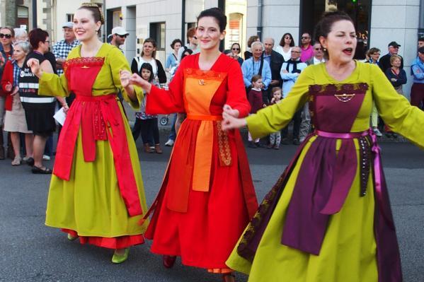 Trois danseuses de paris en defile